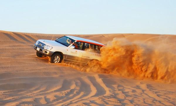 ماشین سواری در بیابان دبی