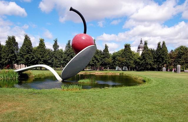مجسمه قاشق و گیلاس