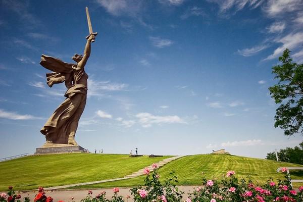 مجسمه رودینا مات Rodina-Mat zovyot
