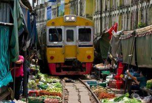 بازار خطرناک و عجیب در مسیر راه آهن تایلند
