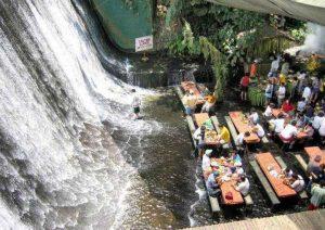 رستوران آبشاری Labassin در فیلیپین
